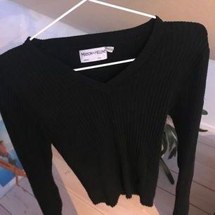 Jättemysig och mjuk svart tröja i storlek S! Fler bilder kan skickas privat! Helt ny, använd 1-2 gånger!