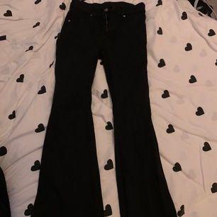 Bootcut jeans från dr.denim. Använda men fint skick. Storlek L men passar mig som brukar ha s/m på byxor. 40kr + 59kr frakt. Betalning via swish