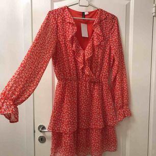 Jätte fin oanvänd klänning som är slutsåld överallt! Perfekt till midsommar