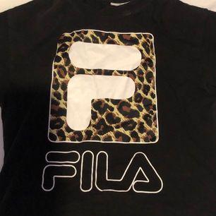 Säljer denna tröja med ett snyggt fila tryck. Den är i storlek S men passar oxå xs. Använt ca 2 gånger