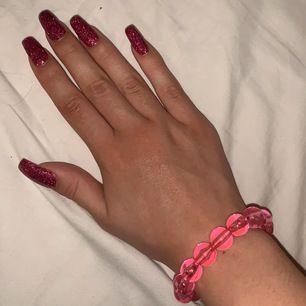 Armband jag gjort själv av pärlor köpta för 10+ år sedan. Jag har en rätt liten handled( kan mäta och även göra armbandet större om det behövs.)Frakt ingår💘