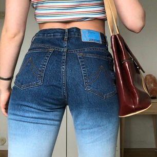 Jättecoola Tie dye/dip dye jeans. Stretchiga i materialet och jättesköna på. Bootcut modell med hög midja. Retro känsla. Står strl M men isåfall en liten M. Passar mig som vanligen har storlek S. Om många är intresserade blir det budgivning, frakt 63 kr
