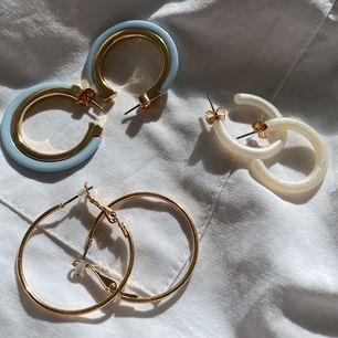 3 stycken fina öronhängen från Monki. Aldrig använda. Köp alla tre för 100 kr eller 40 kr styck. Frakt ingår i priset.
