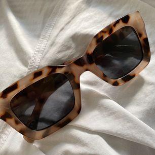 Solglasögon i leopard mönster från NaKd. Aldrig använda. 11 kr frakt tillkommer.