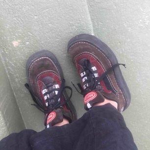 """Skitballa """"Handmade italian shoes"""" i rejält läder från 90-talet. De är använda men i fin kvalitét. Köptes på Plick (lånade bilder) men var tyvärr för små. De har två små hål i innertyget vid hälen (kan skicka bild vid intresse). +Frakt 59kr🦋"""