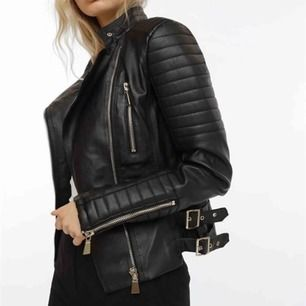 Svart skinnjacka ifrån Chiquelle (moto jacket) väldigt bra skick ser ut som ny. Storlek 36. Nypris 699, säljer för 250.