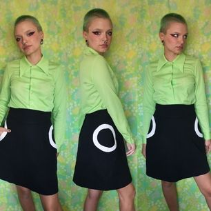 Skitsnygg kjol från H&M med unik design, framsidan av de vita cirklarna är fickor. Midjan mäter cirka 76 cm och kjolens längd cirka 49-50 cm. Frakten är 63 kr, samfraktar gärna👍😊