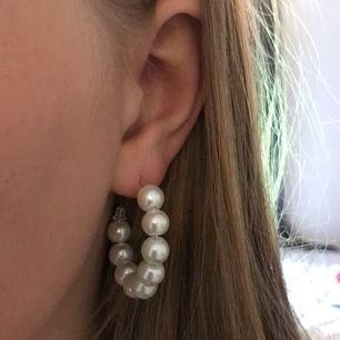 Säljer dessa örhängen som jag gjort själv⚡️Superfina, dom är lite tyngre✨30 INKL frakt!!⭐️( har limmat fast dom med superlim så rekommenderar inte för er som är känsliga)