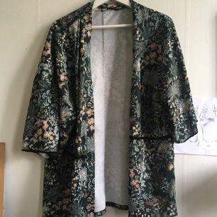 Blommig kimono perfekt för sommaren. I bra skick. Köparen står för frakt
