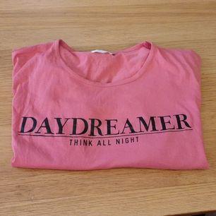 En helt ny oanvänd Sov T-shirt i One Size storlek. Kort  ärm. Från Gill Night by Women
