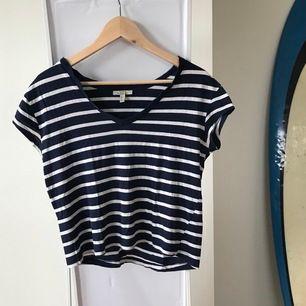 En vit/marinblå randig t-shirt från Zara. Faller fint & tunn, perfekt till sommaren😌
