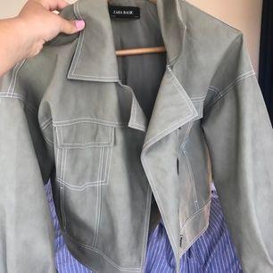 Läder/skinn jacka från zara storlek S. Fortfarande i bra skick och inte använd många gånger. Går att stänga med dragkedjan.