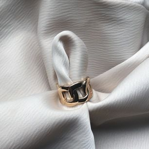 Såå fin guldig ring som tyvärr är för liten för mig, passar runt en S i ringar, samt ett fint halsband som jag inte använder🤍 20kr styck OBS. Ringen såld