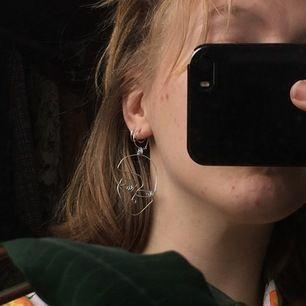 Handgjorda berlocker som kan träs i örhängen, halsband eller liknande. Dem på andra bilden är dem som finns men jag kan göra dubbletter vid efterfrågan.🤗 Pris är INKLUDERAD frakt för TVÅ berlocker. 🌞