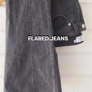 Flared jeans från NA-KD x AFJ! Använda 1-3 ggr. Jag har klippt de lite så de passar en som är 155-165cm. Så snygga detaljer 🕊 STRL 38