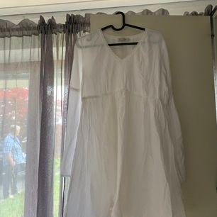 """Mega fin klänning som jag tyvärr växt ur, perfekt till skolavslutningen eller vilken sommar dag som helst, jättefina detaljer. Frakt tillkommer men priset går att diskutera ( små """"fläckar"""" som antagligen går bort med lite Vit tvätt)"""