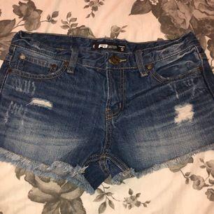 Jeans shorts från New Yorker. Storlek S. Knappt använda så i super fint skick! Säljes då dem inte passar mig.