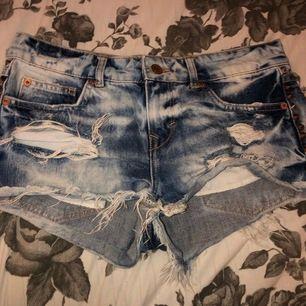 As coola jeansshorts från Ginatricot i storlek 36. Säljes då dem inte längre passar.