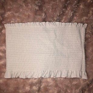 En superfin vit tubtopp från Gina Tricot i mycket bra skick! knappt använd då den är i fel storlek för mig. Hoppas den kan komma till användning av någon annan😊. den är i storlek M men är mycket stretch. Pris kan diskuteras och frakt ingår!🤩