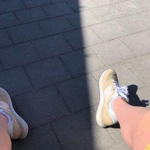As snygga New balance skor i bra skick. Jag köpte dom här på plick nya men de kom inte till så mycket användning så nu säljer jag! Rosa skosnören följer med