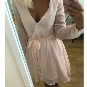 Jättefin ljusrosa klänning från Nelly. Passar perfekt nu till sommaren. Frakten ingår redan!💗😊