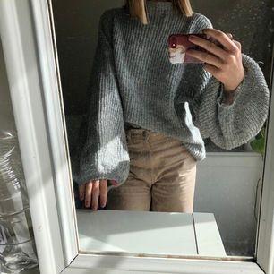 En gosig tröja från NewYorker i stickat material! Den har ballongärmar och är ganska stor. 💗 den går även högt i kragen men det kan vikas ner om man vill. Storlek XS men skulle passa S och M 🌸