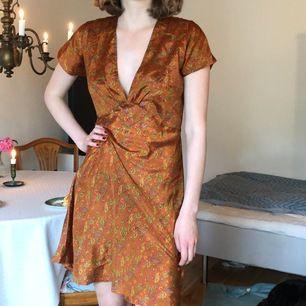 GRATIS FRAKT! Världens sötaste orangea silkesklänning från Indien! Den är i 100% silke och jätteskön. Det passar en S/M.