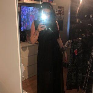 Maxi klänning från BIKBOK. Genomskinlig nertill. Endast använd en gång. Storlek S.
