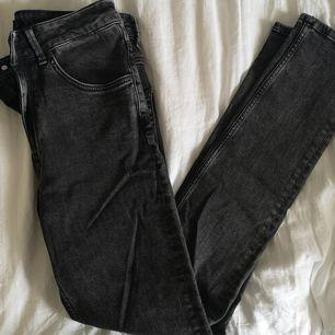 HERR! Svarta jeans, relativt oanvända. Lager 157, The Black Label Collection. W 31 i storlek, mer står inte, men det borde motsvara en L ungefär då min sambo oftast har det i jeans! 60 kr. Köparen står för frakten! 🌸