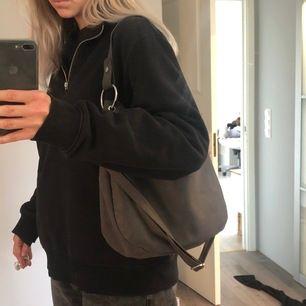 Väska köpt på H&M i en fin grå nyans! Silvriga detaljer med två band med olika längd! Den kommer inte till så mycket användning därav säljs den😊 Frakt tillkommer 💕💕