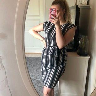 Randig klänning ifrån Ally Bell ⚡️ Aldrig använd så väldigt fint skick 💕