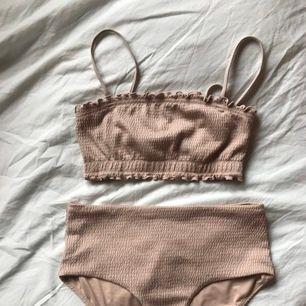 💘Ljusrosa weekday bikini inköpt förra året. Endast använd ett fåtal gånger. Avtagbara band som på Bild 3: från weekdays hemsida på samma modell fast i svart.💘