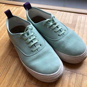 Eytys mother suede skor stl 38. Skorna är i sparsamt använt skick utan flockar på lädret.