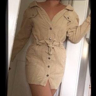 Klänning i beige Manchester / corduroy från Boohoo. Använd 1 gång. Off shoulder modell. Storlek 36.