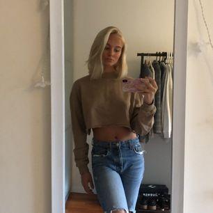 Säljer en croppad sweatshirt från Josefin Ekström X NAKD. Använd fåtal gånger och är i bra skick.