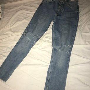 Super fina blåa jeans med hål avklippta ner till passar mig bra som är 164 lång från ginatricot storlek 36 aldrig använda #ginatricot
