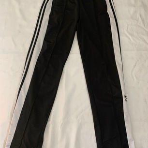 Svarta popper pants från adidas, strl 34. Endast använda fåtal gånger. Säljer de för att de blivit lite för korta och jag är 172 cm lång 🧍🏽♀️ Pris och frakt kan diskuteras!