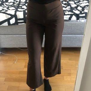 Sjukt snygga somriga utsålda bruna byxor från Gina jag aldrig använder. Jättebekväma och snygga, passar perfekt nu på sommaren! Jag (på bilden) är 173. (Köpare står för frakt!)