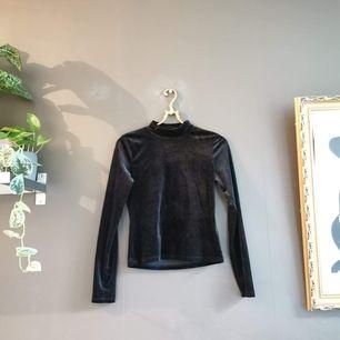 Oanvänd tröja i sammet från Monki i stl 36 med hög hals.🖤   40 kr i frakt