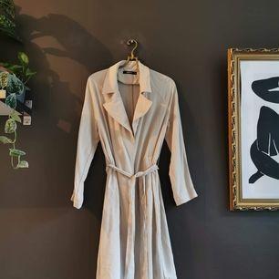 En lätt vår kappa från Gina tricot eller H&M. Osäker där hehe 🙃 stl 36.   40 kr i frakt