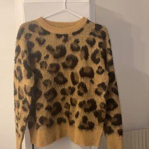 En leopardmönstrad stickad tröja från Primark i storlek XS!  50kr+frakt!