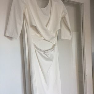 Vit tajt snygg klänning med detalj i ryggen✨