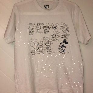 """Supercool tröja med vita """"prickar"""" som reflekterar ljus! Köpt på uniqlo i Japan, alltså ej tillgänglig i Sverige! Bra skick, lätt använd."""