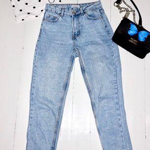 Mom jeans från Bershka. Skulle säga att de strl 32-34 och normallånga i benen. Köpare står för frakt.✨