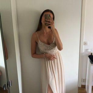 Super fin klänning från bubbleroom i storlek 34 (passar 36) Orginalpris 1500kr, använd 1 gång. Frakt ingår ej i priset och köparen står för frakt!