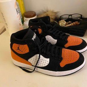Jordans mid i orange färg, kan skicka fler bilder vid intresse