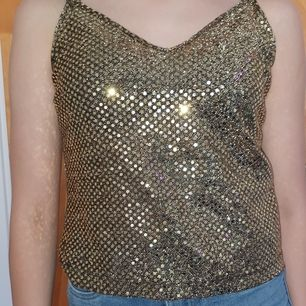 Guld linne med paljetter jättefin för fest! Köparen står för frakt eller så möts vi upp i Gbg!