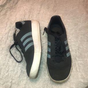 Fina skor, något slitna på vissa ställen.