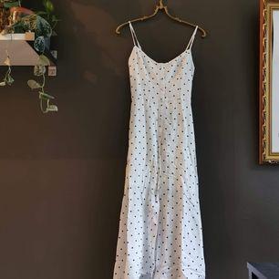 Somrig klänning med asymmetrisk linje. Lite kortare fram än bak. Aldrig använt från Hollister i stl S. 40 kr i frakt