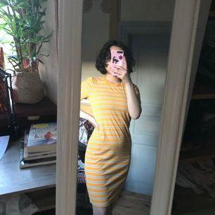 Jag är storlek S så klänningen ser lite stor ut på mig eftersom dem e i storlek M